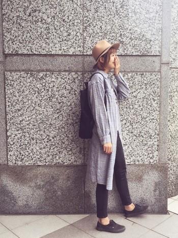 シャツワンピを羽織って。長袖なので温かいときは袖をまくって調節することもできます◎。