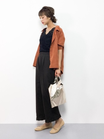 スウェード風生地の半袖シャツを羽織って♪インナー&ボトムを黒で統一すれば、日中はまだ汗ばむ温かい日の秋コーデが完成。
