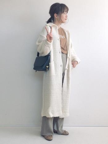 ロング丈のニットコートを重ねて、ちょうどいい温度感。腰回りが冷えないのも嬉しいポイントですね。