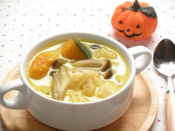 かぼちゃが崩れるくらいまでしっかり煮込むと、甘みが染み出た美味しいスープになります。ごろっとした野菜が食欲をそそる、秋にぴったりのスープですね。
