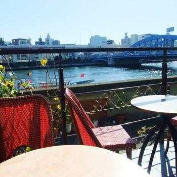 浅草駅から徒歩1分の場所にある「カフェ・ムルソー」。テラス席から隅田川の流れを間近に楽しむことができます。まるで川の上にいるようなその景色は開放感抜群です!