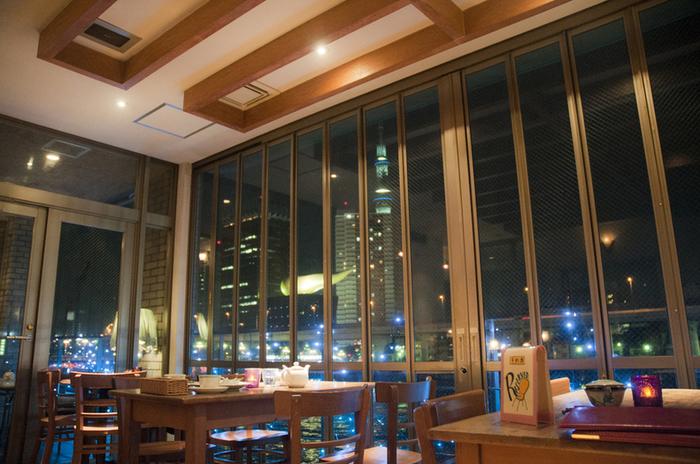 夜はビールやシャンパンといったアルコールを楽しむことができます。スカイツリーなどの夜景を眺めながら飲むお酒はとってもロマンチック。浅草デートにもおすすめのお店です。