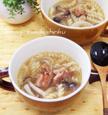 こちらは缶詰の焼き鳥を使った和風のスープ。焼き鳥がいいお出汁になって、味に深みが増しますよ。早茹でのマカロニを使えば、5分くらいで完成します♪小腹が空いたときによさそうですね。