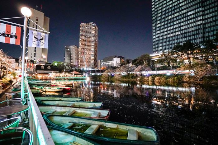 JR・地下鉄飯田橋駅からすぐの場所にある「カナルカフェ」。まるでハーバーデッキのような空間で、神田川や電車を眺めながら優雅にくつろぐことができます。