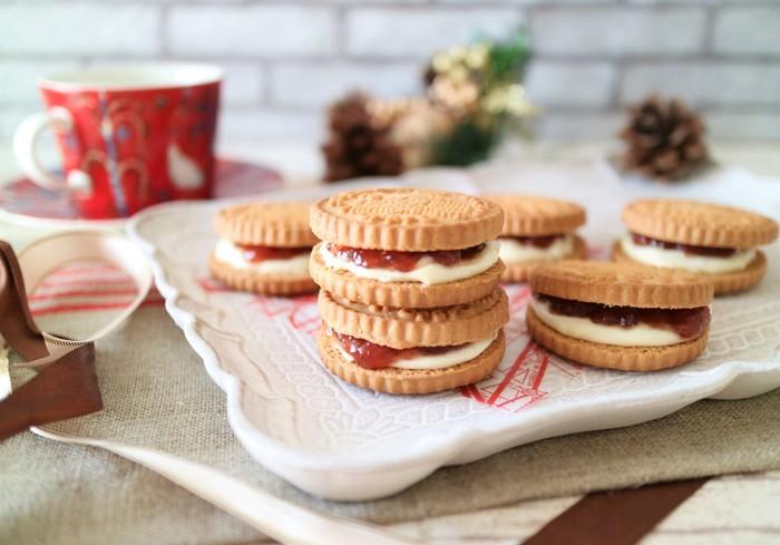 はちみつと粉糖を混ぜたクリームチーズを、いちごジャムと一緒にシンプルなクッキーにサンドした簡単おやつです。 でもこのクリーム、侮るなかれ。まるでチーズケーキのような味わいになるそうですよ。ブルーベリーやアプリコットなど、好きなフルーツジャムであれこれ試してみたくなりますね。