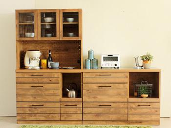 節のあるアルダー無垢材を使ったちょっとかっこいいキッチン収納。黒の細い取っ手もオシャレです。