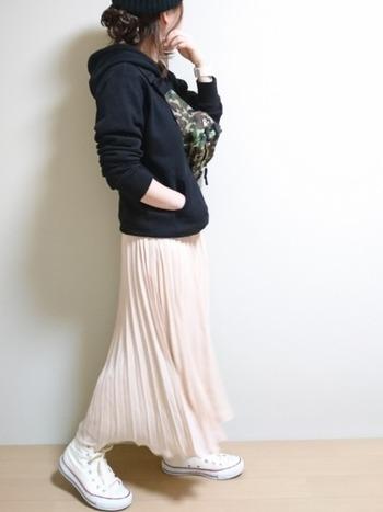 スウェットパーカーの部屋着感をちゃんと押さえたいときは、ギャザースカートやふんわりとしたシースルー地のものなど、少しフェミニンなスカートをあわせてみては。  こちらは薄いピンクのプリーツスカートをあわせた着こなし。甘すぎる仕上がりにならず、黒とピンクのコントラストがきれいですね。