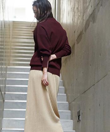 プラム色に近いボルドーのニット。ベージュのプリーツスカートと合わせて。シンプルなニットですが、ボルドーにすることで、一気に秋らしさを感じるスタイルに。