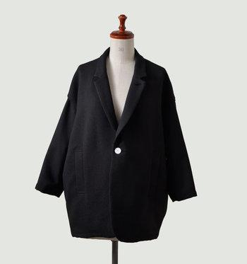 こちらは、キュプラとウールを使ったワイドシルエットのジャケット。尖りすぎず、ゆるっと抜け感があるくらいが大人の女性には似合います。身幅のゆったり感と襟のシャープさのコントラストが、洗練された余裕を表しているよう。