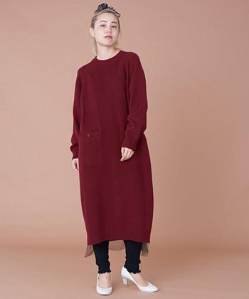 裾のニットチュール使いがポイントのワンピース。切り替えのある身頃や袖の編地が、シンプルなワンピースのすっきりとしたシルエットを演出しています。