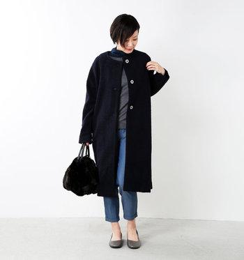飽きやすい人にほど、コートは黒がおすすめ!特に持っていて便利なのが、ノーカラーのコートです。首元がすっきりしているため重くならず、インナーやマフラーでイメージチェンジが自由自在。小物で幾通りにも印象が変えられるので、ワンパターンを避けられます。