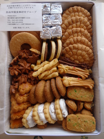 1921年に創設された自由学園。その目白にある旧校舎「自由学園明日館(みょうにちかん)」に併設されているショップで販売されている缶入りクッキー。自由学園食事研究グループによって作られています。
