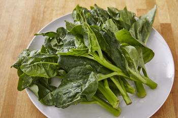 夏に旬を迎える緑黄色野菜「ツルムラサキ(蔓紫)」。最近は豪雨などの自然災害も多く、このような葉物野菜はあっという間に高値になってしまうなか、スーパーの陳列棚で比較的お手頃価格をキープしている、家計の強い味方でもあります。  さて、みなさんは、この「ツルムラサキ」の食べ方、お分かりでしょうか。「モロヘイヤと似た味わいだったかな・・?」という方も多いのでは。