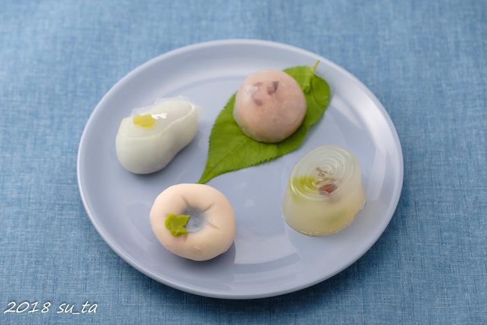 茗荷谷駅から歩いてすぐのところにある和菓子屋「一幸庵(いっこうあん)」の生菓子は、芸術作品のような美しさ。たとえばこちらは夏の生菓子。朝顔や若鮎など、清涼感のあるモチーフが並びます。