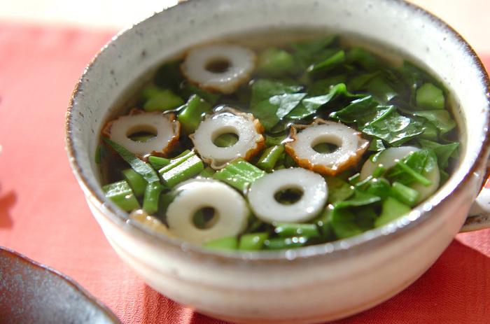 こちらも簡単な、和風仕立てのツルムラサキのスープです。ツルムラサキはちくわとも相性がよいですよ。冷蔵庫に常備しやすい具材なのがうれしいですね。