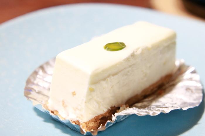 濃厚で少し酸味のあるレアチーズケーキは、クリームチーズにレモンと砂糖だけのシンプルな材料で作られているんです。見た目もちょこんとしていて、パーティーでも思わず目を引く品のあるかわいらしさ。