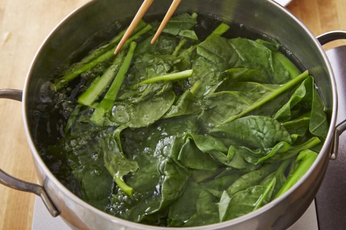 いかがでしたでしょうか。「ツルムラサキ」は葉物野菜の中でも比較的手頃な値段で手に入り、栄養に豊富。魅力を知ると、いつもの献立に取り入れたくなりますよね。 茹で方もほうれん草などと変わらないので簡単ですし、食べ方もお浸しから炒めもの、スープや揚げものなど・・さまざまな調理法があります。ぜひ「ツルムラサキ」を味方につけて、健康的な食生活を送りましょう♪