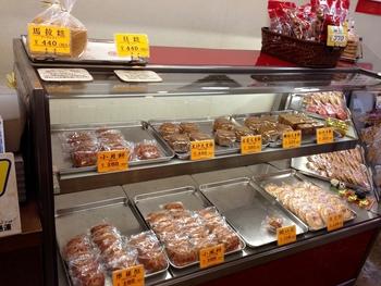 お店の奥に工場があり、ここで手作りされたいるお菓子は、どれも気になるものばかり。人気の馬拉米羔だけでなく、月餅や土日限定で販売されるゴマ揚げダンゴなどもあるので、要チェックです。