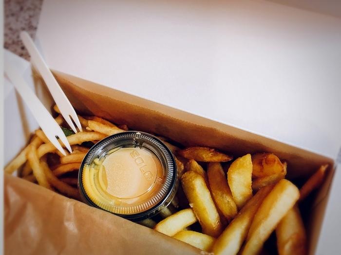 「AND THE FRIET(アンド ザ フリット)」は、広尾にあるちょっと珍しいフレンチフライの専門店。世界中から選び抜かれた芋を使い、2度揚げ製法で作られたスペシャリティフレンチフライを食べることができます。