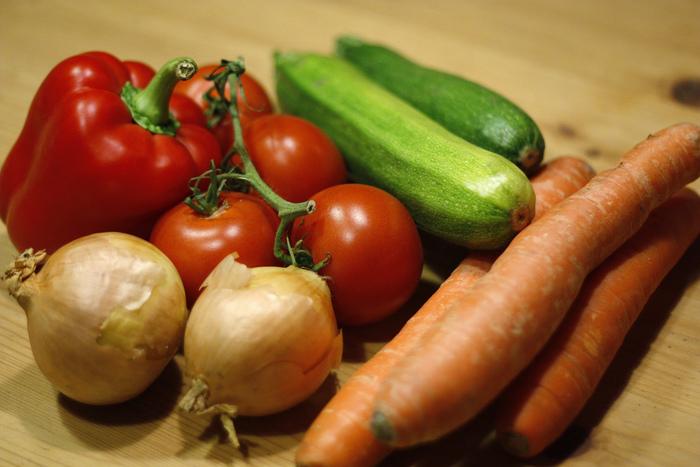 より本格的なボロネーゼを目指すなら、みじん切りにした野菜を丁寧に炒めて作る「ソフリット」を使うのがポイント。 アメ色玉ねぎに、にんじんや香味野菜を加えたものと考えれば良いでしょう。他の料理にも活用できるので、たくさん作って冷凍しておいても良いですね。