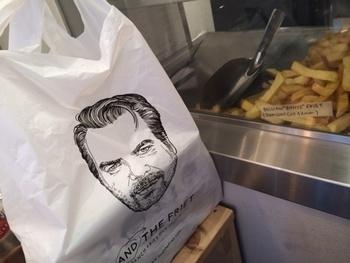こちらのお店は、テイクアウト用のボックスや袋のデザインがとってもおしゃれ。さらに、冷めても美味しく食べることができるので、手土産に最適です。