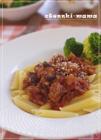 ひき肉を、最初にあまり混ぜないで焼くことでゴロゴロとした塊ができます。肉の味を楽しみたい時におすすめのレシピです。プルーンやエリンギで食物繊維もプラス。