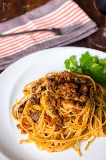 スジの多いすね肉は、じっくり煮込むことでコラーゲンが溶け出てぷりっとした歯ごたえと旨みが生まれます。  牛乳で煮込むことで、よりゴージャスな味わいに。あえて大きめにカットしたお肉を混ぜても美味しそうですね。