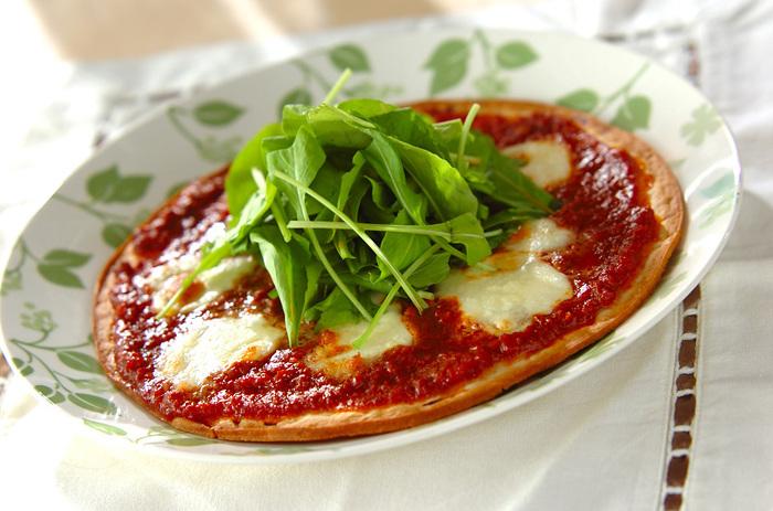 ボロネーゼソースが余ったらぜひ試していただきたい、お手軽レシピ。市販のピザクラストを使うので、あっという間に作ることができます。ひとりランチや軽食にぴったりですね。