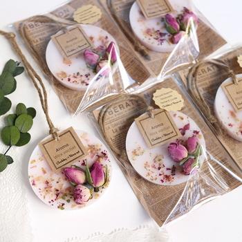 アロマワックスサシェとはロウソクの材料であるワックスとドライフラワー、アロマオイルで作ったキュートなサシェです。インテリア性が高く、ほんのりと漂う香りに心癒されます。