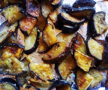 なすは油との相性が抜群なので、炒め物や天ぷらにするととろっとした食感を楽しむことができます。  なすに含まれるカリウムは、身体の熱を逃がす働きがあると言われ、夏バテにおすすめされる野菜です。冷えが気になる方は、よく火を通して食べることで、カリウムの働きを弱める効果が期待できます。