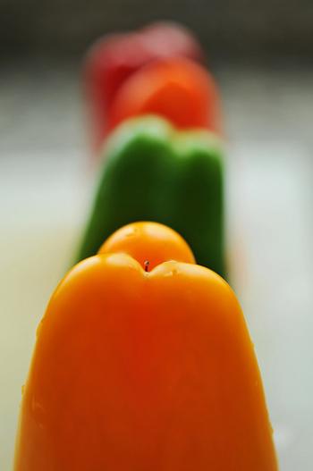 カラフルなパプリカ、実はピーマンとほぼ同じ品種なんです。緑のものを成熟させると果肉が分厚くなり、赤やオレンジに変わっていくのです。  ビタミンCやカロテンが豊富ですが、緑のピーマンよりもオレンジのもののほうがビタミン等の含有量が多いと言われています。  少量で一日のビタミンC必要量を摂取できるので、積極的に摂りたいですね。