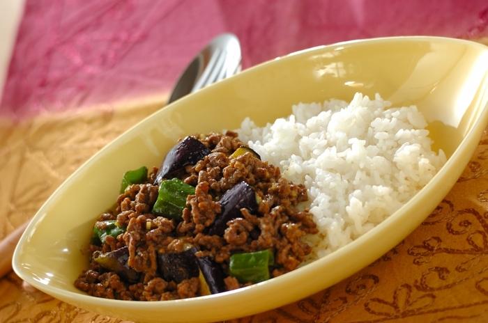 普通のカレーにちょっと飽きたな、と思ったら、鶏ガラスープの効いた中華風カレーはいかがでしょうか? なすとピーマンは素揚げしてから加えるので、色合いもとてもキレイ。煮込み時間が短いので、忙しい日のランチや作り置きにもぴったりです。
