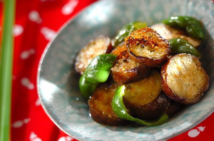 定番レシピのみそ炒めにマヨネーズをプラス◎ マヨネーズが全体に絡んだら、蓋をして弱火でじっくり火を通すのがトロトロに仕上げるコツです。七味唐辛子が、全体を引き締めてくれそう。