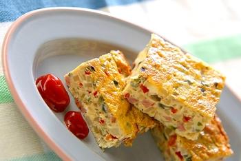 彩りがキレイなオムレツは、カラフルなピーマンを使うのがおすすめです。炒めた野菜はある程度冷えてから卵液に入れるのがコツ。お弁当にもおつまみにも大活躍です。