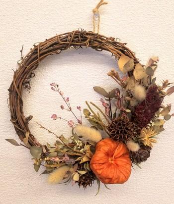 ひと味違う秋色リースなら、ホオズキの実を選んでみては? ひとつひとつ形が違う実から選ぶ楽しさと、和な雰囲気も感じられるのが魅力です。