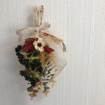 中途半端に余った花材は、束ねてスワッグにしてしまいましょう。クラフト紙やレースでナチュラルに仕上げると可愛い。 ちょっとしたスペースに飾れるので、いくつか作っておいても◎