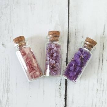 小さな木の実や花びらを、可愛い小瓶に閉じ込めて。ちょっとしたスペースにディスプレイできる素敵なオブジェになります。木の実と一緒にビーズやボタンを入れても良いですね。