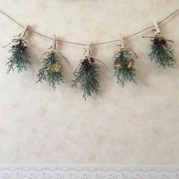 スワッグを作るほどの高さがない時も、こんな風にピンチで留めると素敵なガーランドに。木の実とグリーンだけで印象的なインテリアになります。リースと組み合わせて飾っても素敵ですね。