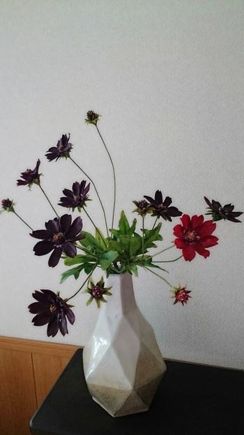秋を感じさせる花と言えばコスモスですよね。 ピンクのコスモスも可愛いですが、深いブラウンが大人っぽい「チョコレートコスモス」もおすすめです。 少しの花材でも絵になりますし、どんな花器でも合うのが嬉しいですね。