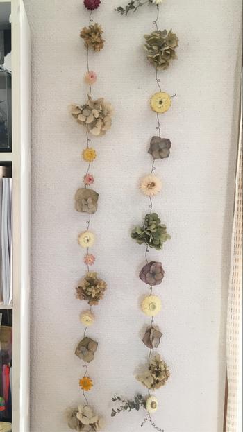 短くカットした花材も、ワイヤーで繋げばこんな可愛いガーランドに変身。狭いスペースにも飾りやすいので、花材が余ったら是非チャレンジしてみてくださいね。