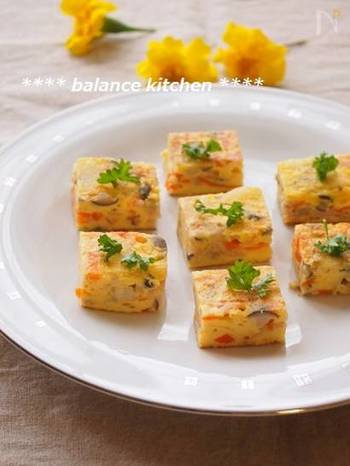 たっぷりのキノコと野菜で彩り豊かに仕上げたフリッタータは、四角いフライパンで作るとと可愛らしいかたちに。 キレイに切り分けられるので、お弁当のおかずにもピッタリです。片栗粉を使うのが、しっとり仕上げるコツだそうです。