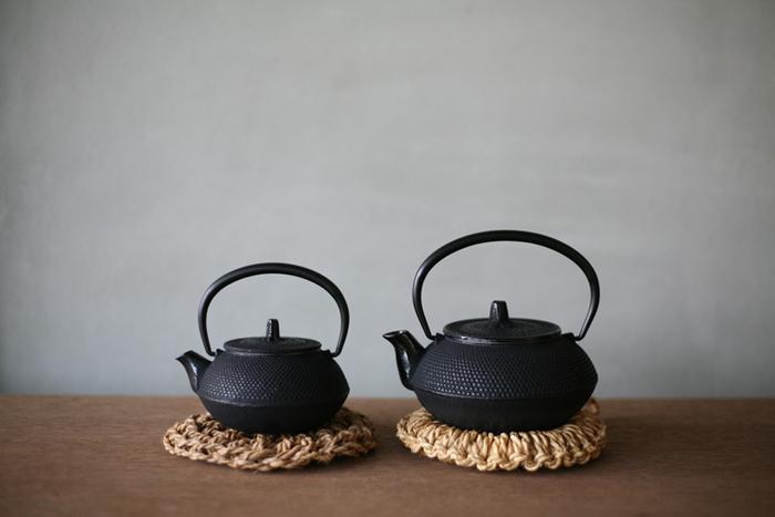 900年以上の歴史を持つ、奥州平泉の文化を支えた伝統工芸品、南部鉄器。保温性に優れ、まろやかなお茶が愉しめます。世界的にも注目されている南部鉄瓶は、現代の暮らしにも調和する、古くて新しい道具です。