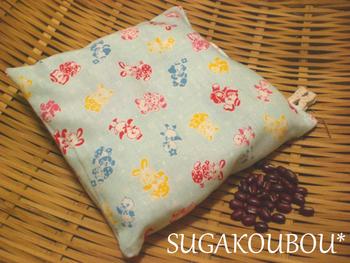 肌触りの良いお好みの綿100%の布と小豆を用意して、手作りするのも楽しそう。小さいのでちくちく手縫いでできるので手芸初心者さんにもおすすめです。