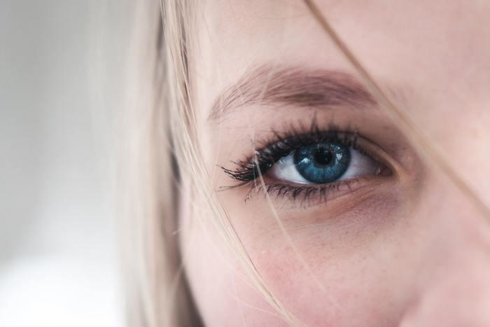 スマホやパソコンを触るちょっとした指の動作、スマホを持つ時の少しの重さ。それも積もり積もれば身体の凝りや姿勢に大きな影響を与えるものになります。また、画面を集中して見るために視力が落ちる一方だったり、目の疲れからくる頭痛に悩むのも辛いですよね。それでも、現代は日々の仕事や連絡にスマホやパソコンは必要不可欠なものでもあります。自分の身体を少しでも守り、自分で癒していく方法を身につけましょう。