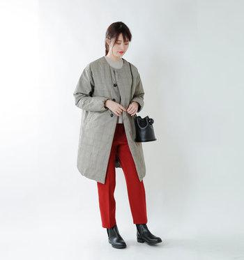 こちらはミニマルなデザインがおしゃれなノーカラーダウンコート。シックなグレンチェックが今年らしい印象です。鮮やかな赤いパンツをアクセントにした、女性らしい着こなしも素敵ですね。