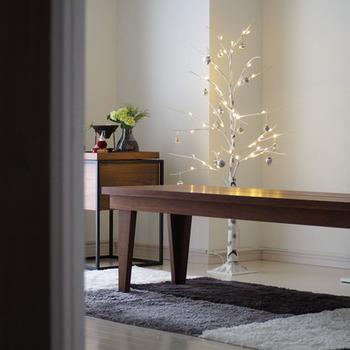 ツリーはゲストの集まる部屋に飾りましょう。控えめなライトが灯るクリスマスツリーは、大人でシンプル使用。落ち着いた空間にぴったりですね。