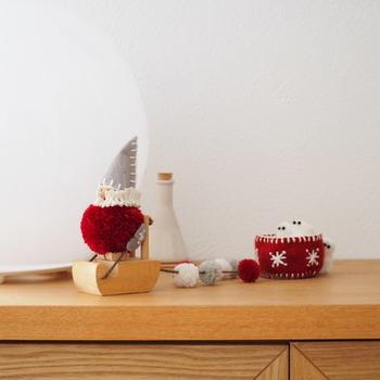 窓辺や棚のちょっとしたスペースに、さりげなくクリスマスオブジェを飾って、見つけたゲストを楽しませる工夫も◎