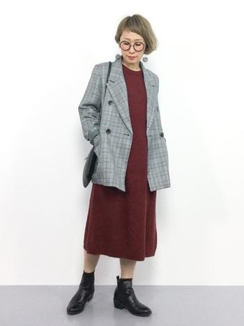 こちらのコーディネートは、ニットワンピース×ジャケットの女性らしい着こなしが素敵ですね。落ち着いた印象のグレンチェックは、深みのあるワインレッドやボルドーとも相性抜群です。