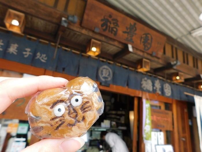 稲豊園(とうほうえん)は、飛騨高山でお店を営む、創業100余年のお菓子処。路地裏を行き来するノラ猫達にインスピレーションを受け、こんなシュールでかわいいおまんじゅうが出来上がりました。