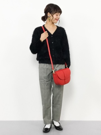 ボリュームのあるシャギー素材でできたカーディガンと、スマートなテーパードパンツのバランスが絶妙です。赤いバッグとバレエシューズをポイントにした、女性らしい着こなしが素敵ですね。